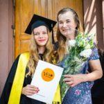 Stolz und glücklich! Laima hat ihr Bachelor-Studium erfolgreich abgeschlossen